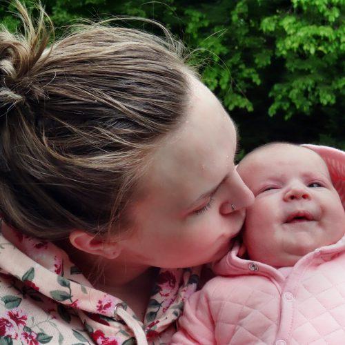 Mutter in Not mit Baby